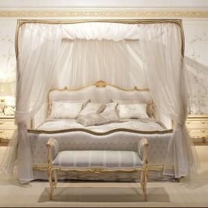 Utrzymane w czystej bieli łoże z klasycznej kolekcji mebli do sypialni w stylu Ludwika XV Strauss. Fot. Angelo Cappellini