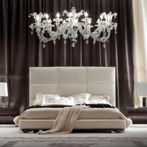 Sypialnia z kolekcji Day Dream przedstawia łóżko, którego zagłówek może być wykończony aż w pięciu rodzajach tapicerki: skórze, nabuku, aksamicie, zamszu oraz imitacji skóry jaszczurki. Fot. Giorgio Collection