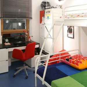 Wnętrze urządzone dla chłopca w wieku szkolnym jest nie tylko praktyczne, ale i atrakcyjne wizualnie. Fot. Archiwum Dobrze Mieszkaj.