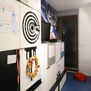 Fronty szafek dają dodatkową przestrzeń, pn. do wieszania notatek. Fot. Archiwum Dobrze Mieszkaj.