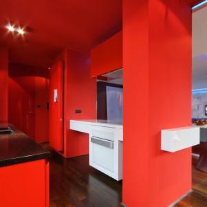 Czerwień zagościła nie tylko na ścianach. Także na sufitach! Fot. Hola Design.