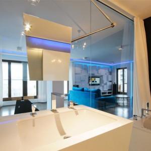 Łazienka została nietypowo otwarta na część dzienną. Fot. Hola Design.