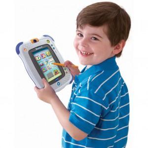 Przeznaczony dla dzieci tablet edukacyjny pozwala uczyć się i bawić jednocześnie, także w podróży. Fot. Atout Home.