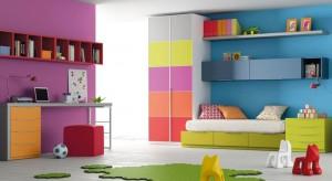 Nie masz pomysłu, jak urządzić pokój swojego dziecka? Zainspiruj się kolorami tęczy. Komponując meble i dodatki w poszczególnych z siedmiu intensywnych barwach możesz wyczarować bajkową aranżację.