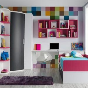 Oryginalna dekoracja ściany w kolorach tęczy rozwesela jasny pokój. Fot. Muebles Lara.