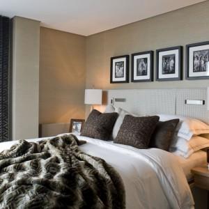 Komfortowa, urządzona ze smakiem sypialnia otulona jest w bezpieczne, a przy tym eleganckie beże i brązy. Jasne drewno nad wezgłowiem łóżka podkreśla jej luksusowy wydźwięk. Projekt Emlyn Conlon, Rene Dekker. Fot. Richard Waite