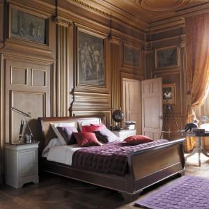 Drewna nie mogło zabraknąć w sypialni w stylu Ludwika-Filipa. Klasyka w najlepszym wydaniu. Fot. Grange
