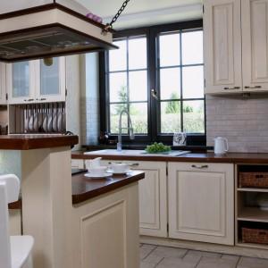 Cegły w ciepłej, beżowej tonacji doskonale pasują do kolorystki zastosowanej w kuchni. Ładnie wtapiają się w tło, stanowią jednocześnie subtelny element dekoracyjny. Projekt: Maciej Bołtruczyk. Fot. Monika Filipiuk-Obałek.