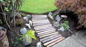 Drewno, to naturalny materiał doskonale poddający się obróbce, dlatego warto jego właściwości wykorzystać do tworzenia wyposażenia przydomowego ogrodu.