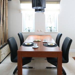 Jadalnia z masywnym stołem. Fot. Bartosz Jarosz.