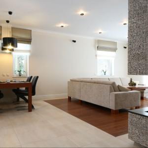 Wyposażenie: sofa Mebelplast / stolik kawowy wykonany na zamówienie / na podłodze deska egzotyczna Komfort / płytki Azteca Space Beige 45x67. Fot. Bartosz Jarosz.