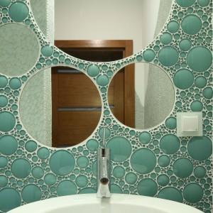 Zjawiskowa mozaika w gościnnej toalecie. Fot. Bartosz Jarosz.