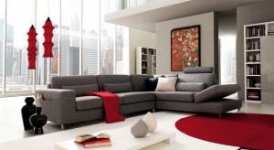 Na ścianie czy podłodze, w formie mebli i dekoracji. Czerwień zawsze wybija się z tła, wygląda dumnie, elegancko, a czasem też ekstawagancko. Zobaczcie w jaki sposób zaadaptować ten kolor w salonie.