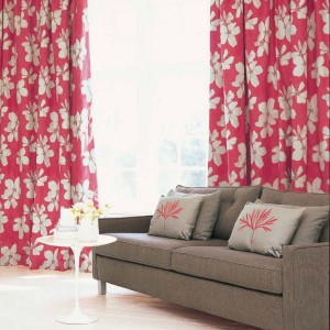 Czerwone zasłony w białe kwiaty to dodatek elegancki i romantyczny. Fot. Villa Nova.