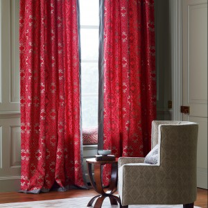 Tradycyjna dekoracja okna w kolorze dojrzałych truskawek. Fot. Colefax and Fovler.
