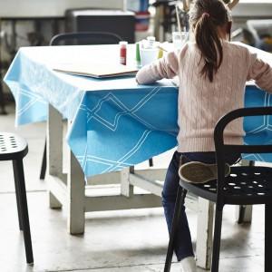 Tkanina pokryta plastikiem, dzięki czemu niestraszne jej plamy czy chlapnięcia farbą. 100% bawełna i tworzywo akrylowe. Projekt: Margrethe Odgaard. 29,99 zł. Fot. IKEA.