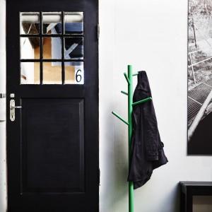 Stojący wieszak, lakierowana bezbarwnie lita brzoza, malowane wykończenie. Projekt: Ebba Strandmark. 129 zł. Fot. IKEA.