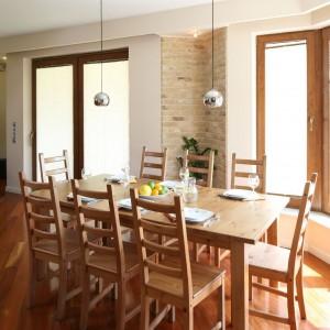Drewniany stół i dobrane do niego proste, ponadczasowe krzesła. Fot. Bartosz Jarosz.