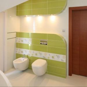 Gospodarcza strefa łazienki została sprytnie ukryta za przesuwnymi drzwiami. Fot. Bartosz Jarosz.