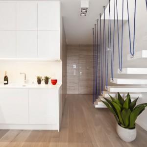 Kuchnia jest półotwarta i nie ma bezpośredniego połączenia z jadalnią. Oba pomieszczenia znajdują się jednak blisko siebie, a komunikacja między nimi jest bardzo wygodna. Powierzchnia: ok. 4,5 m². Projekt: Maciej Zień. Fot. Ghelamco Poland.