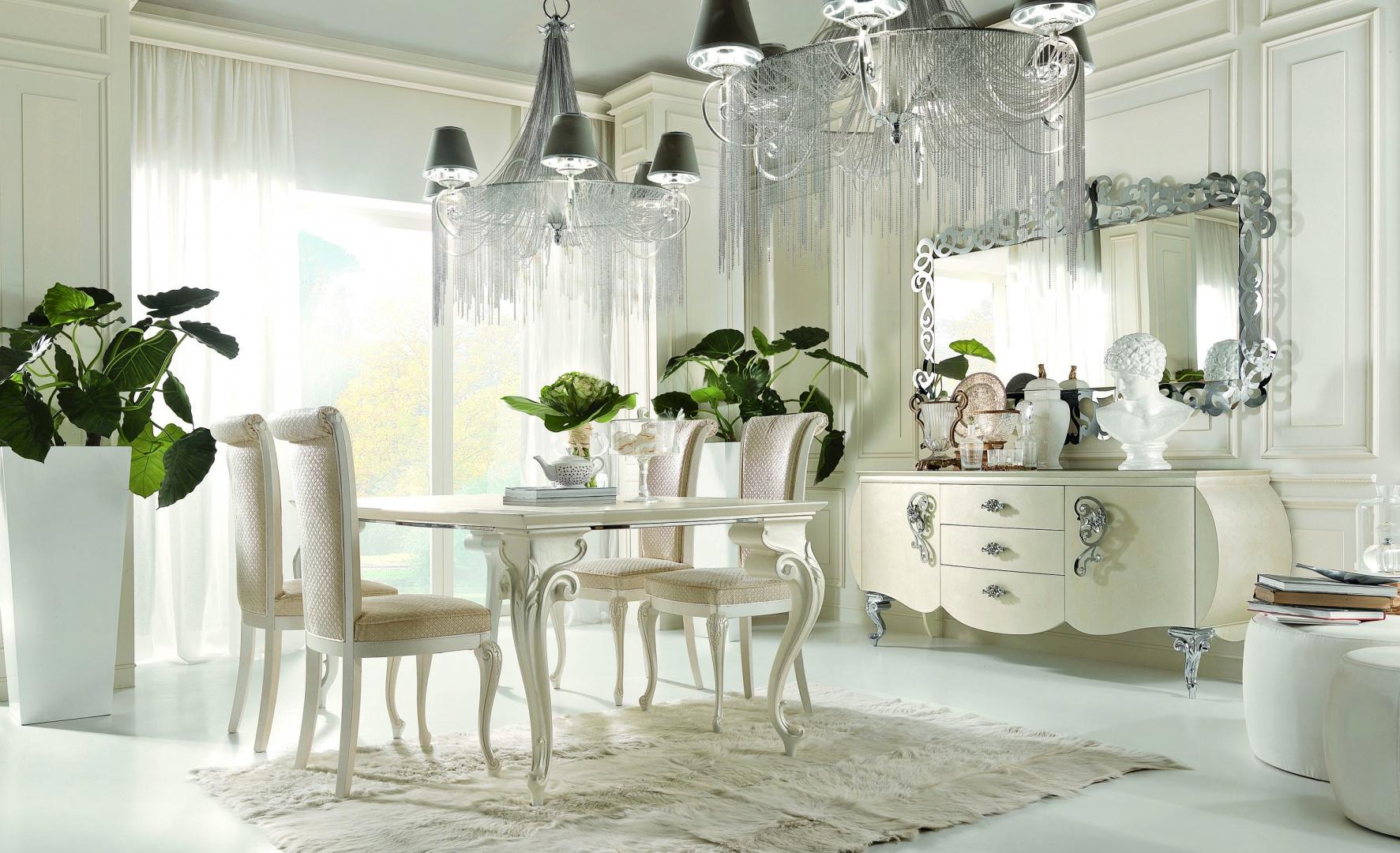 To propozycja zestawu mebli do jadalni od firmy Bova. Stół z kolekcji Carol, komoda z kolekcji Vinci, tapicerowane krzesła z kolekcji Alice. Perłowy kolor mebli w zestawie ze srebrem prezentuje się wytwornie i z klasą.