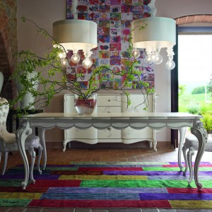 Mebel do jadalni z kolekcji Carpi firmy Volpi. Pikowane siedziska krzeseł doskonale pasują do zdobionych nóg. Stół jest rozkłady, dzięki czemu będzie idealny również na większą ilość gości.