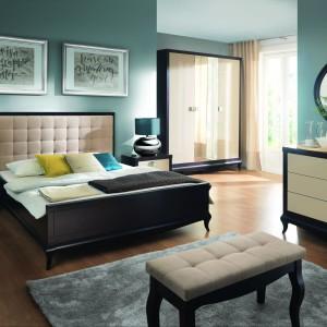 Meble do sypialni Laviano to stylowa fuzja nowoczesności z klasyką. Kolekcja nawiązuje do klasyki poprzez harmonijną formę i wykorzystanie naturalnego drewna. Jej nowoczesność przejawia się w doborze kolorów oraz wysokim połysku frontów i metalowych detali. Fot. Bydgoskie Meble