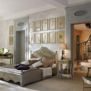 Meble do sypialni w stylu prowansalskim marki Grange o nieco nostalgicznym designie i ciekawym wybarwieniu drewna. Fot. Grange