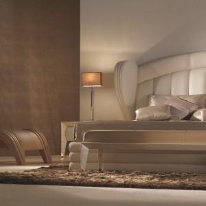 Inspirowana klasycznym hollywoodzkim stylem lat 30. i 40. kolekcja mebli do sypialni Orion, co znajduje wyraz w delikatnie zaokrąglonych kształtach. Skórzana tapicerka podkreśla ich luksusowy charakter. Fot. Turri
