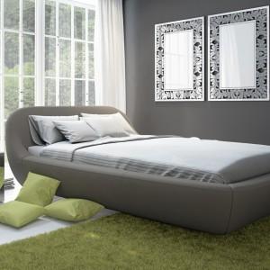 Tapicerowane w skórze lub tkaninie małżeńskie łoże Zarra dostępne jest w brązowo-szarym kolorze tkaniny bądź ciemnoszarej lub białej skórze. Fot. Miotto