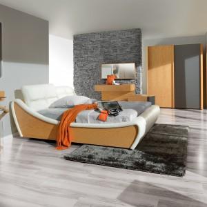 Kolekcja mebli do sypialni New Age charakteryzuje ciekawe połączenie jasnego drewna z białą skórą. Fot. Paged Meble