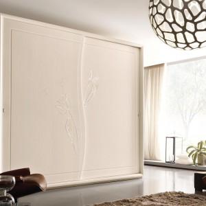 Szafa Lyrian z charakterystycznym motywem florystycznym na przesuwnych drzwiach z kolekcji Meridian Fot. Benedetti