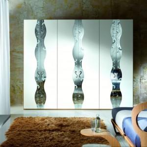 Modułowa szafa z lakierowanymi drzwiami zdobionymi inkrustowanym lustrem. Fot. Carpanelli