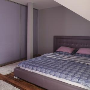 Fiolet w różnorodnych odcieniach całkowicie zdominował tę sypialnię. Obecny jest nie tylko na ścianach i w kolorze dodatków, ale także w wybarwieniu mebli. Projekt Dominik Respondek Fot. Bartosz Jarosz
