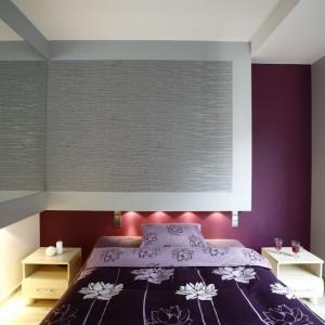 Głęboki, wpadający w purpurę, odcień fiolet wyznaczył styl sypialni. Projekt Liliana Masewicz-Kowalska Fot. Marcin Onyfryjuk