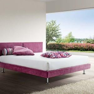 Podwójne łóżko Yasmin z linii Confort line w soczystym kolorze amarantu. Fot. Corazzin
