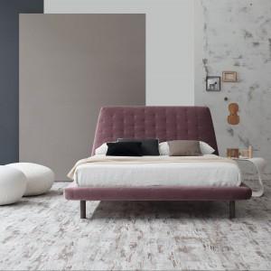 Łóżko Joe ego tapicerowane w tkaninie w kolorze przygaszonego fioletu odznacza się elegancką prostotą konstrukcji. Fot. Bonaldo