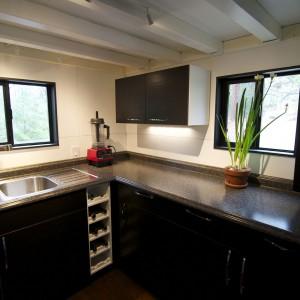 Kuchnia, z której z powodzeniem mogą korzystać dwie osoby. Fot. TinyHouseBuild.
