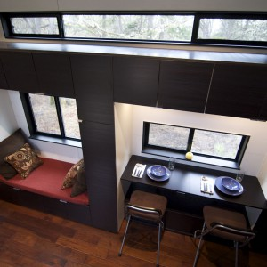 Widok z antresoli na niewielką jadalnię i miejsce do wypoczynku z książką. Fot. TinyHouseBuild.