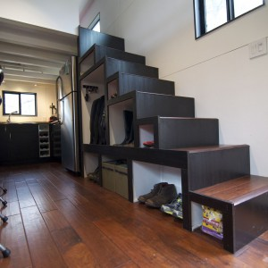 Sprytny pomysł na przechowywanie - dodatkowe miejsce wygospodarowano pod schodami. Fot. TinyHouseBuild.