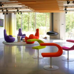 Tapicerowane krzesła i fotele skandynawskiej marki Bla Station. Kolorowa burza w domu lub w biurze. Fot. Bla Station.