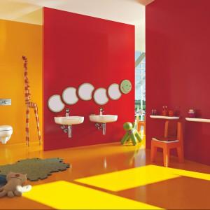 Linię Floralkids stworzono w odpowiedzi na potrzeby małych użytkowników łazienek. Ma bawić, uczyć i zachęcać dzieci do samodzielności. Miska ustępowa z deską wolno opadającą - 1.150 zł, segment lustra - 920 zł, Laufen.
