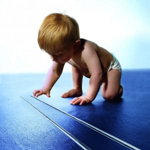Odwodnienie liniowe Drainline ułatwia poruszanie się małym dzieciom. Usunięcie zbędnych progów i zachowanie jednego poziomu posadzki zapobiega potknięciom oraz upadkom. Od 425 zł, Tece.
