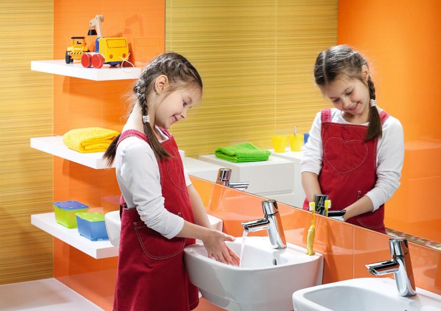 SeriaNova Top Junior została zaprojektowane tak, aby dzieci mogły z niej korzystać w pełni swobodnie i samodzielnie. Wymiary urządzeń zapewniają komfort i bezpieczeństwo. Umywalka -157 zł, Koło.