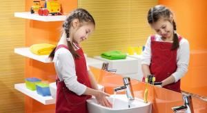 Przedstawiamy krótki poradnik, jak zaaranżować przestrzeń w łazience, by najmłodsi użytkowali ją chętnie i bezpiecznie.