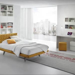 Łóżko Pixel w całości tapicerowane w pięknym miodowym kolorze na lekkich nóżkach. Fot. Alf