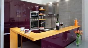 Kuchnia jest niewielka, ale bardzo funkcjonalnie zaprojektowana. Z pięknym odcieniem fioletu w roli głównej.