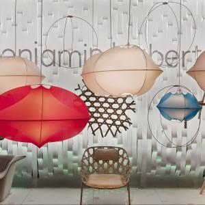 Seria kolorowych lamp tekstylnych Tenda, inspirowanych konstrukcją namiotu. Fot. Benjamin Hubert.