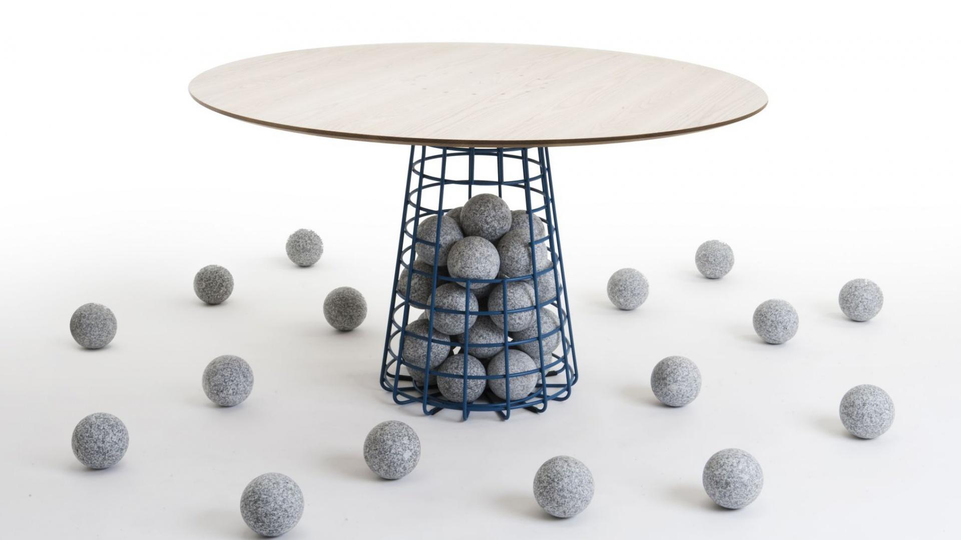 Pleciona noga stolika Gabion wypełniona jest szarymi kulkami. Fot. Benjamin Hubert.