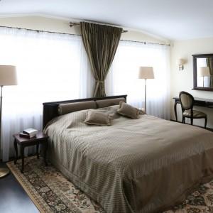 Wysokie lampy stojące z delikatnymi abażurami dopełniają klasyczną aranżację sypialni. Proj. Małgorzata Goś. Fot. Bartosz Jarosz.